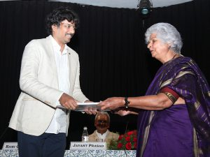 PV Iyer receiving the award for Political Reporting from Rami Chhabra, Trustee and Jury Convenor